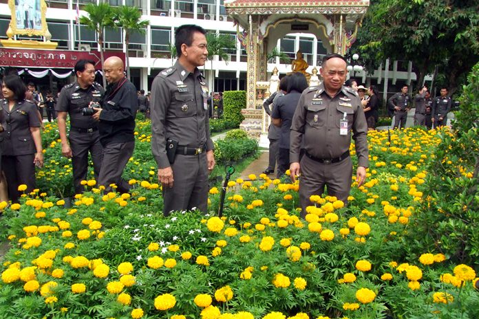 Pol. Lt. Gen. Jitti Rodbangyang, commander of Provincial Police Region 2, and his police planted marigolds to honor HM the late King.