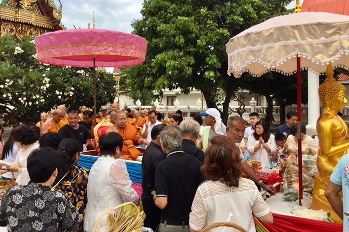 The Abbot of Wat Chaimongkol leads residents in the Tak Baht Devo ceremony.