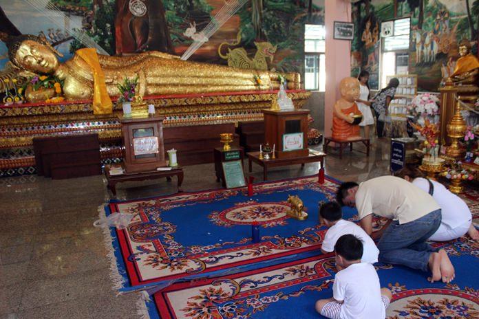 Worshipping Luang Poh To at Wat Suttawas.