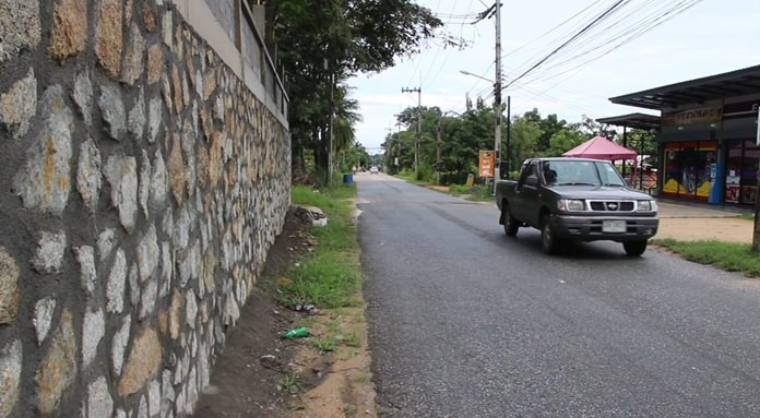 Nong Plalai residents are complaining that a new wall built around Banglamung Football Stadium 2 has wiped out the sidewalk. Photo shows, however, there seems to be plenty of room to walk on the other side of the road.