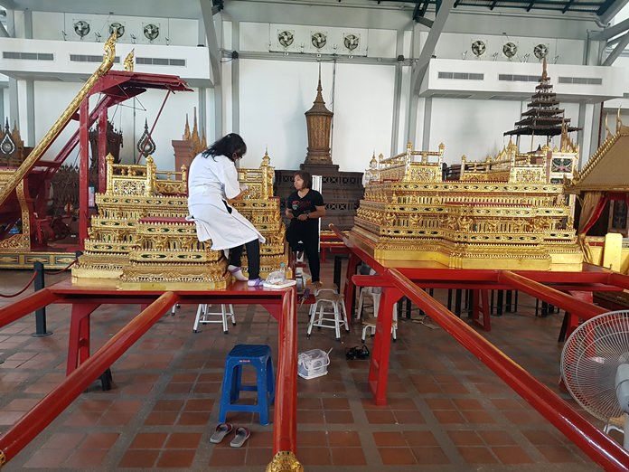 """Phra Yanna Mat Sam Lam Khan (""""Royal Golden Palanquin[s] with Three Poles""""), built during the reign of King Rama I. (Photo by Iudexvivorum via Wikipedia Commons)"""