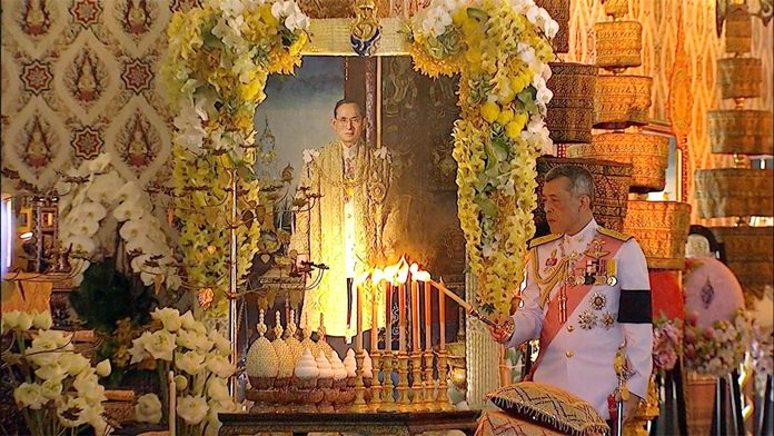 His Majesty the King lights candles and joss sticks to pay his respects to the royal relics of His Majesty the late King Bhumibol Adulyadej. (NNT)