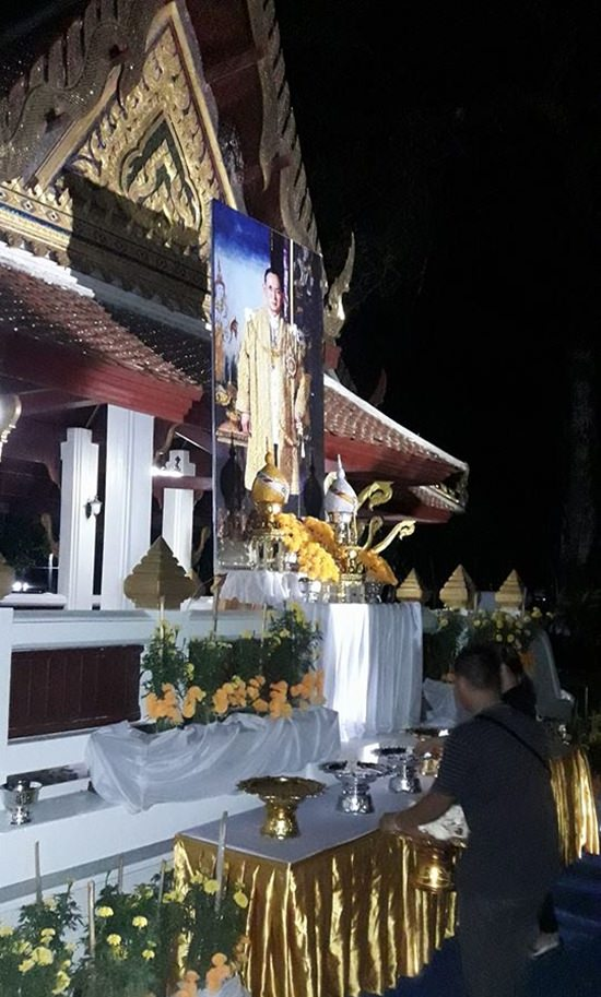 A last minute call was made to Wat Jittapawan to set up and let people offer sandalwood flowers as an alternative for those who couldn't make it to Wat Chaimongkol.