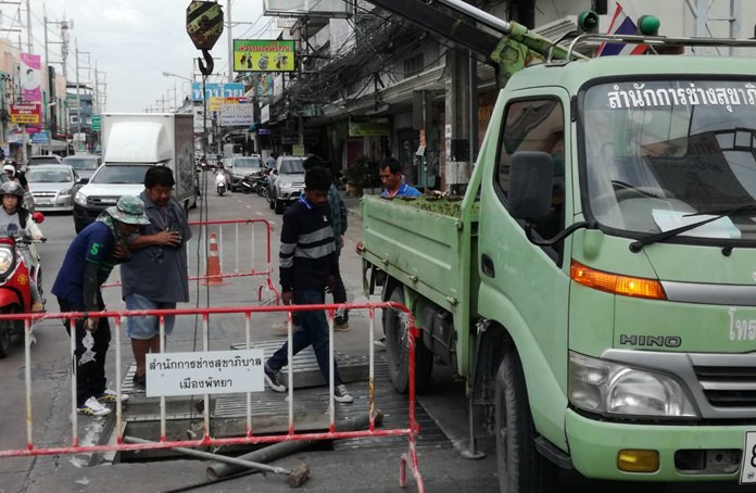 Pattaya workers fixed broken drain covers on Thepprasit Road following complaints from local road users.