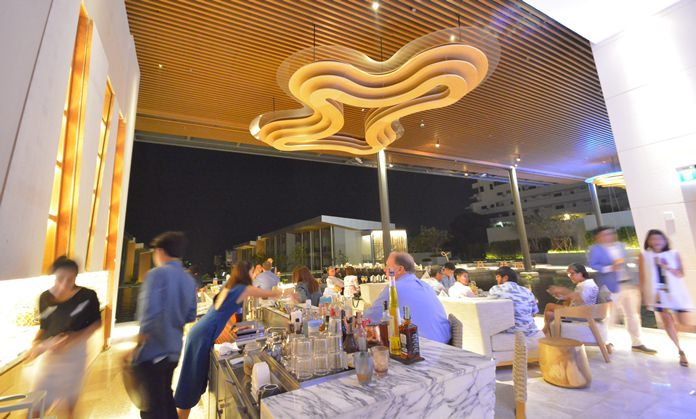 Guests enjoy the evening at the exquiste lounge bar.