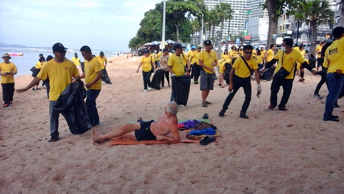 Chonburi Immigration Office personnel cleaned a stretch of Jomtien Beach as part of a new community-service program.