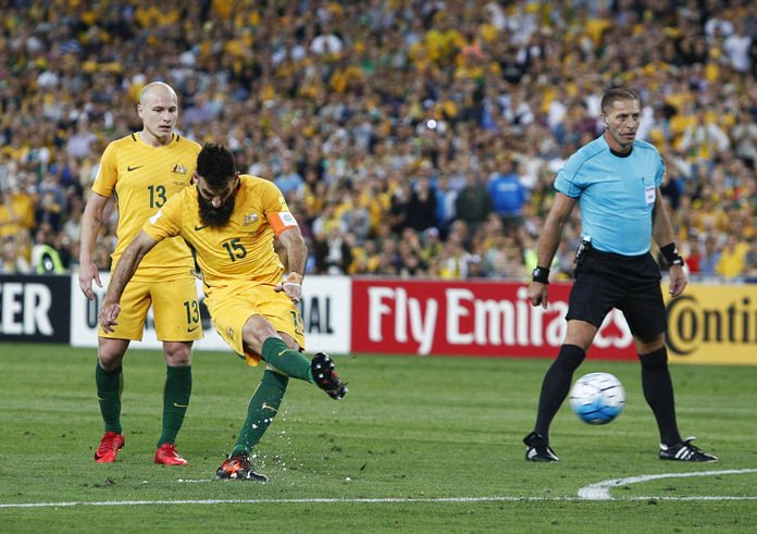 Australia's Mile Jedinak scores from the penalty spot against Honduras during their FIFA World Cup playoff deciding match in Sydney, Australia, Wednesday, Nov. 15. (AP Photo/Daniel Munoz)