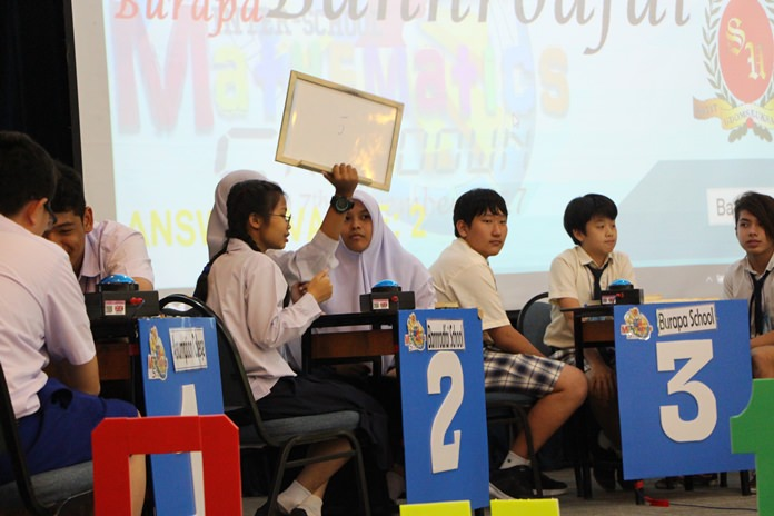 Students from Bannrodfai School hold up their answer to a quiz question.