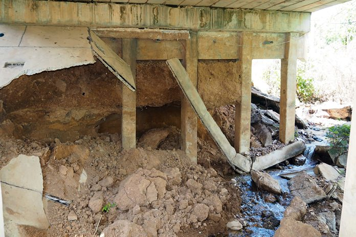 A check on the Bang Pai Canal Bridge structure found large cracks in the road's surfaced and noticeable corrosion of joints and crumbling support beams.