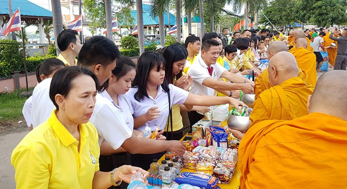 Sattahip residents present alms to 89 monks to honor King Rama IX on Father's Day.