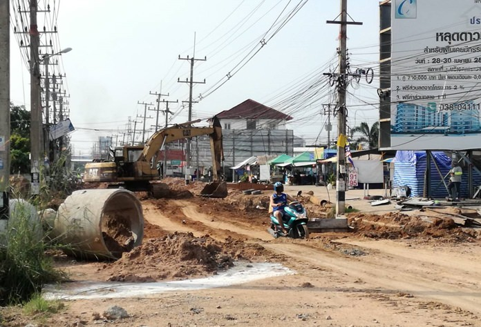 """After months of promises that the long-delayed reconstruction of Soi Siam Country Club would be completed by the end of this month, Nongprue Mayor Mai Chaiyanit is now saying it will be done in """"early 2018"""". No firm date was given. Parts of the road are now complete and people living in that area of the """"Darkside"""" will be hopeful to finally see the project done after years of disruption. Stay tuned."""