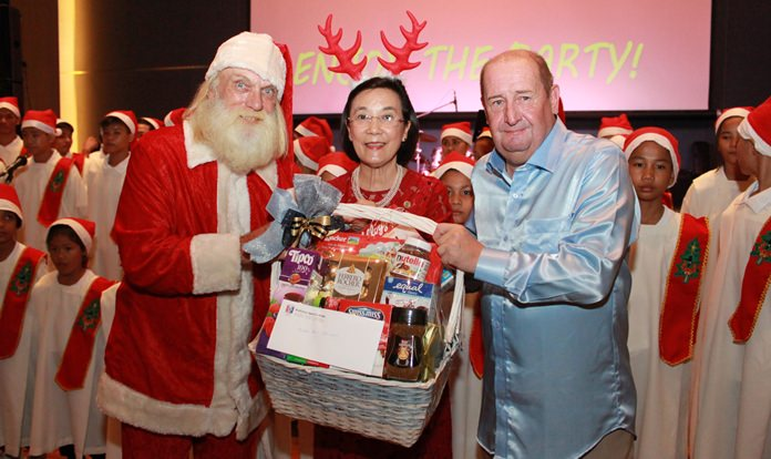 Khun Toy receives a gift hamper from the Pattaya Sports Club as a sign of appreciation and love for the noble work that she does for the children.