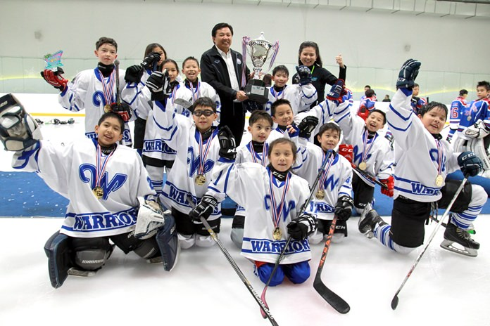Wittaya Khunplume, President of the Sports Association Chonburi (standing rear), poses with the Bangkok Warriors, winners of the 10 year old category at the Beach Bash 4 on 4 Youth Ice Hockey Tournament 2017.