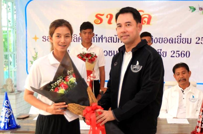 Ittipol Khunplume (right) president of the Windsurf Association of Thailand presents a bouquet to champion windsurfer Siriporn Kaewduang-ngam at the Treehouse Café on December 28.