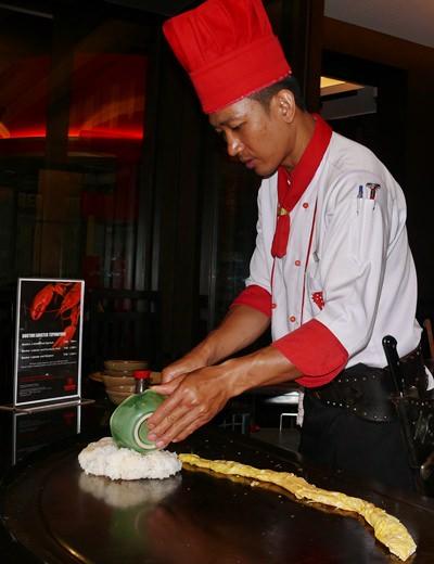 Chef Shake making an egg snake!