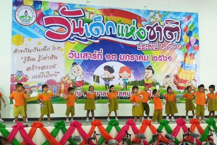 Adorable performers in Nong Plalai entertain the crowds.