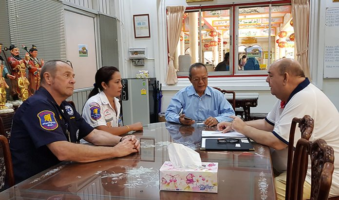 Bert Elson (right) speaks to John and Jo Williams and Prasit Thongthitcharoen (2nd right) chairman of the Sawang Boriboon Thammasathan Foundation.