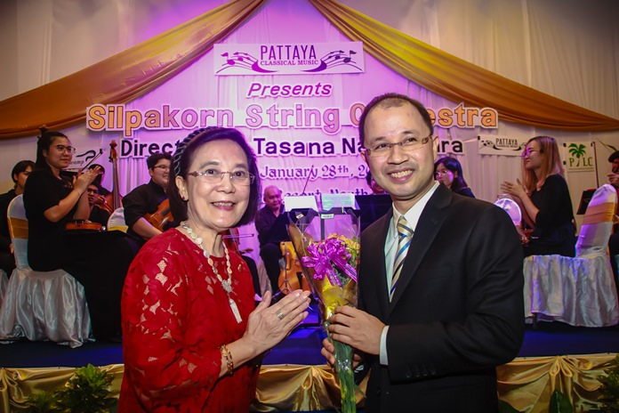 Radchada Chomjinda Director of the Human Help Network Thailand presents a bouquet to Tasana at the end of a most enjoyable concert.