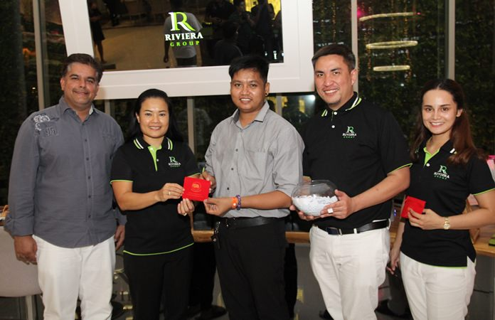 Tony Malhotra (left) participated in the presentation of a quarter baht gold chain to Sutirak Saengsawang from Tee Nee Pattaya.