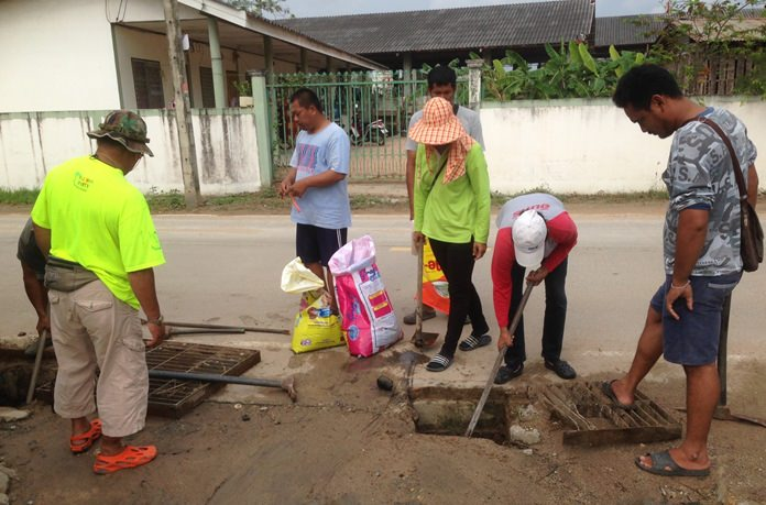 Nongprue work crews have begun digging up Soi Chaiyapornwitee 22 to replace storm-drainage pipes. New screens also will be installed to catch litter.