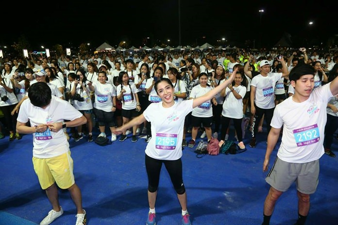 """Pattaya administrators joined celebrities and about 2,500 joggers for a """"happy run"""" around Pratamnak Hill."""