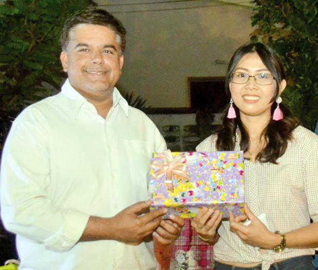 Tony Malhotra (left), DOO of Pattaya Mail congratulates Nutsara Duangsri on her promotion as Sales & Marketing Manager.