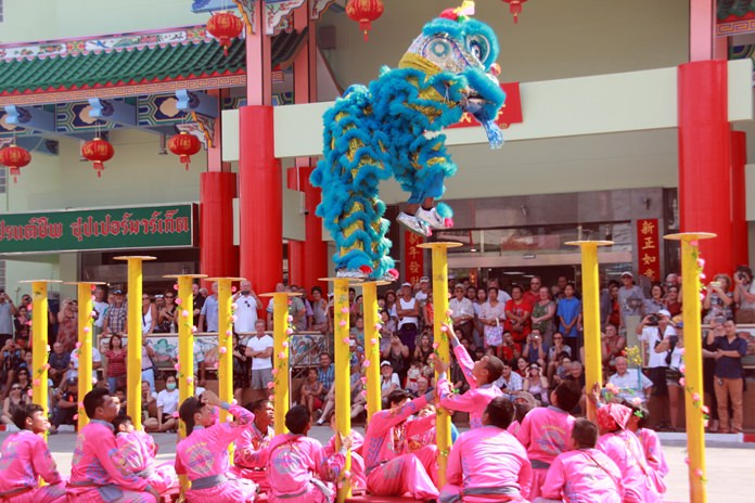 The lion dance draws a laarge crowd to Friendship Market on Pattaya South Road.