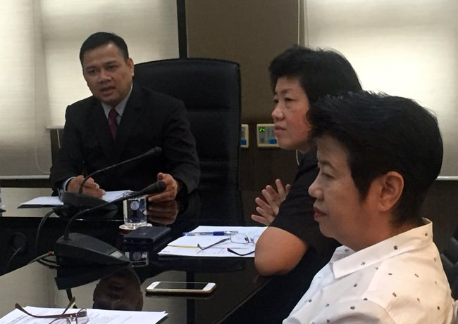 """Pattaya Social Development chief Ms. Panee Limcharoen and Deputy City Manager Athipat Yingsiritanyarat discuss ways to help provide for 80-year-old La-lad Manmai and 5-year-old """"Palmy""""."""