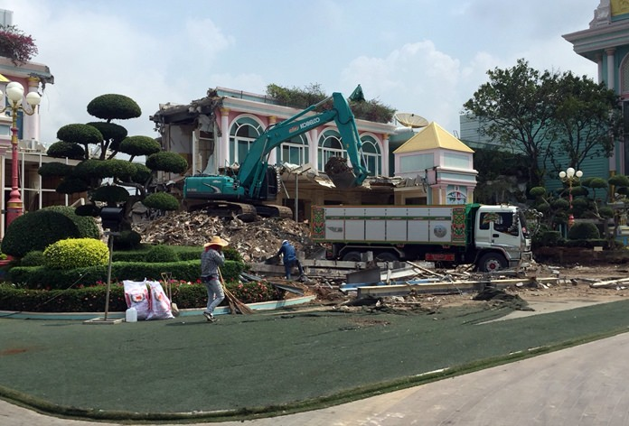The head of poultry giant Saha Farms will not fight an order to demolish 13 percent of Baan Sukhawadee and has begun work to remove structures encroaching on public land.