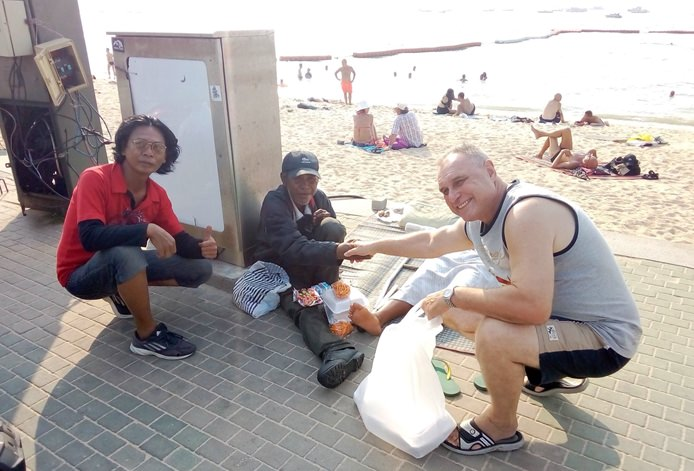 German expat Reiner Abele has won the praise of his Pattaya neighbors for regularly giving alms to monks and food to the homeless.