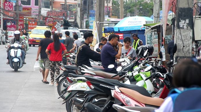 Soi Siam Country Club residents are calling on Nongprue police to clamp down on chaotic parking at the Raiwanasin Market.
