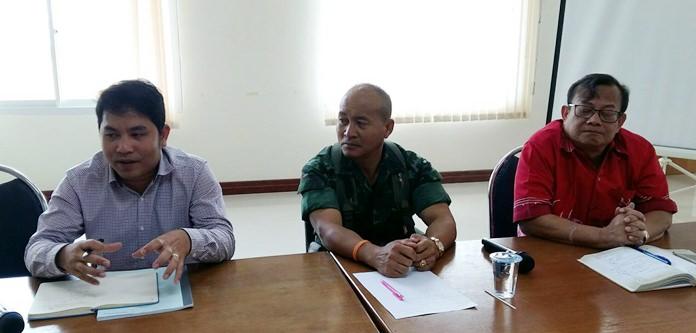 Pong Deputy Mayor Anuchar Pienjai leads a meeting to address illegal parking and traffic-clogging U-turns at the Khao Maikaew Bridge.