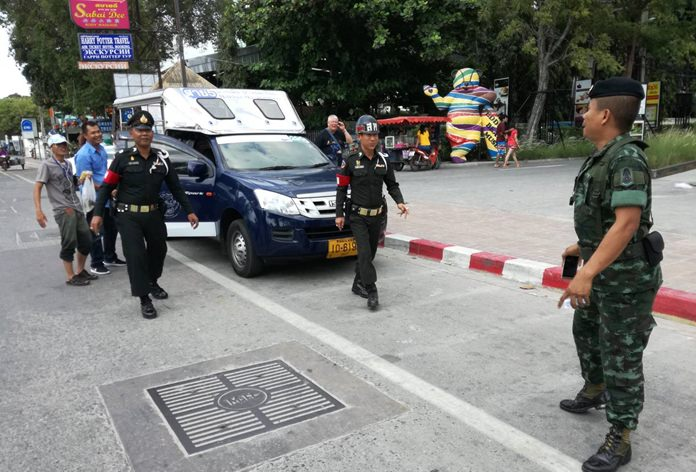 Baht bus drivers caught stopping in forbidden areas had their licenses confiscated and were told they could retrieve them from the NCPO after performing community service at Photisampan Temple.
