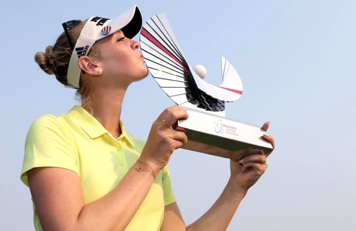 Jessica Korda kisses the trophy after winning the Honda LPGA Thailand title at Siam Country Club Pattaya Old Course, Sunday, Feb. 25. (Photo/Honda LPGA Thailand)