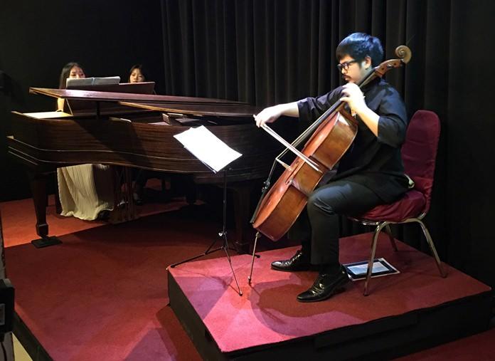 Vannophat Kaploykeo and Tanchanok Yimsomboon perform at Ben's Theatre in Pattaya.