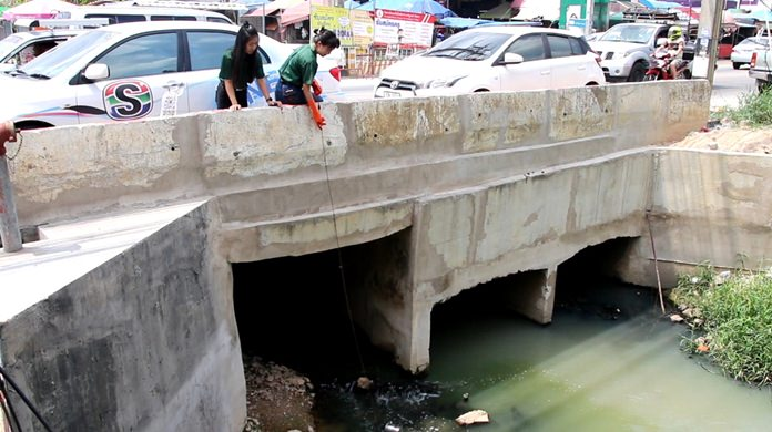 Nongprue officials take new water samples from the polluted Raiwanasin Canal to try to determine what is causing the contamination.