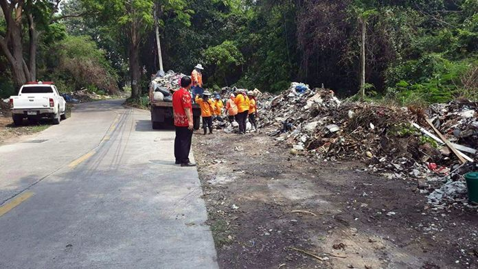 Garbage crews were dispatched to the Naklua Soi 16/1 neighborhood to collect trash from the soi and nearby streets.