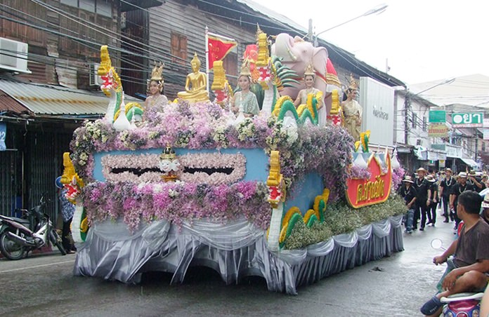 The Sanctuary of Truth again will parade Buddhist relics through Pattaya to kick off the city's traditional Songkran holiday.