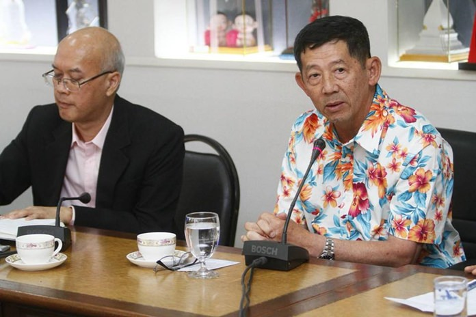 Mayor Anan Charoenchasri (right) chairs a meeting on Pattaya's technological development with department chiefs and a Digital Economy Ministry official.