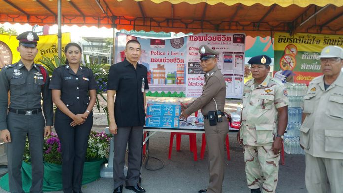 Provincial Police Region 2 deputy commander Maj. Gen. Worathchai Srirattanawuthi visits a checkpoint set up near Big C South Pattaya during Songkran to meet with uniformed officers and volunteers.