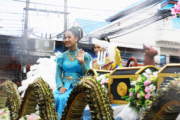 """""""Nang Songkran"""" leads the Buddhist relics procession in Sattahip."""