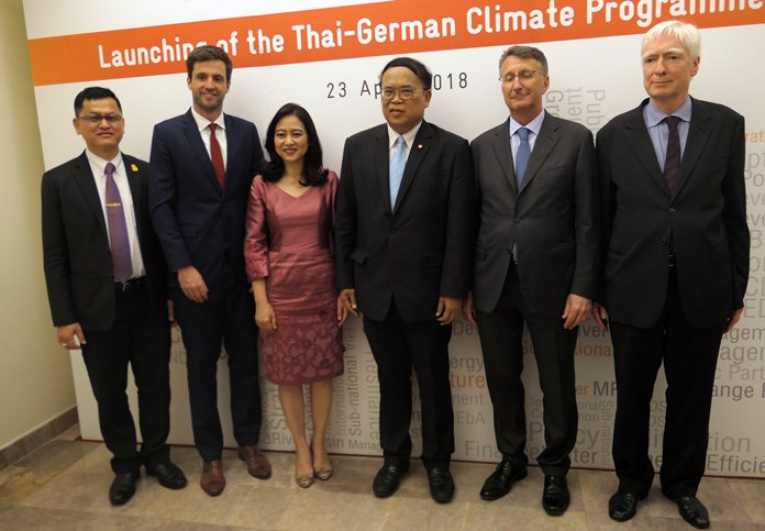 (l-r) Mr. Somkiat Prajamwong, Secretary-General of National Office of Water Resource, Mr. Tim Mahler, Country Director of GIZ Thailand and Malaysia, Dr. Raweewan Bhuridej, Secretary-General of Office of Natural Resources and Environmental Policy and Planning (ONEP), Dr. Wijarn Simachaya, the Permanent Secretary of the Thai Ministry of Natural Resources and Environment (MoNRE), H.E. Ambassador Peter Pruegel and Mr. Stephan Contius, Commissioner for the 2030 Agenda for Sustainable Development of the German Ministry for the Environment, Nature Conservation and Nuclear Safety (BMU).