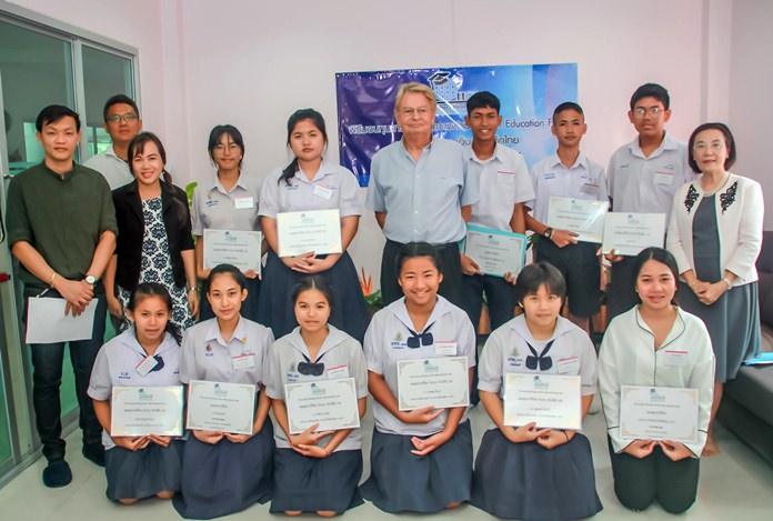 Hans Gunther Mueller (centre) and Ratchada Chomjinda (right) pose for a photo with the recipients of the scholarships.