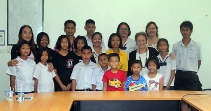 Liz Sheperd, Lhen Lhen together with Helle Rantsen and representatives of Mercy Center Pattaya's executive board pose with the happy children after the scholarships presentations.