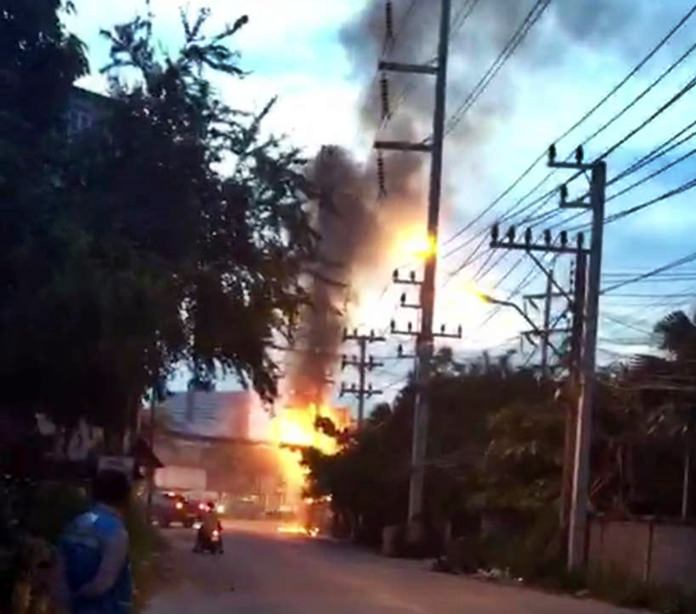 Fire rages on one of the electric poles on Soi 87, risking a dangerous situation for the neighbourhood.