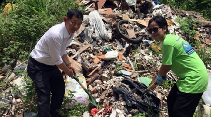 Mayor Anan Charoenchasri participates in the Clean Up Day No.1, inspired by the Rubbish Communication group of Scandinavian and Thai volunteers.