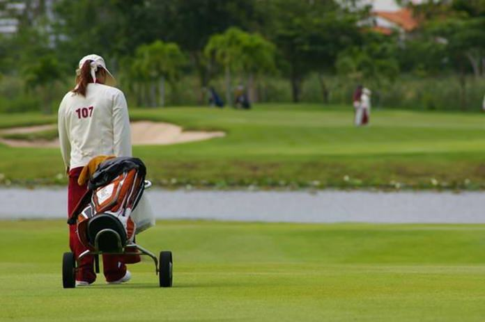 Migrant workers barred from golf caddy jobs - Pattaya Mail