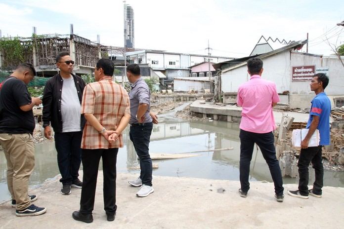 Metakrit Sunthornrot, chairman of Walking Street Community, shows Pattaya media how the South Pattaya canal construction, meant to ease local flooding, has had the opposite effect.