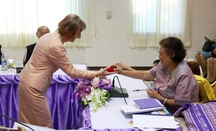 Dr Margret Deter receives the royal recognition from HRH Princess Maha Chakri Sirindhorn.
