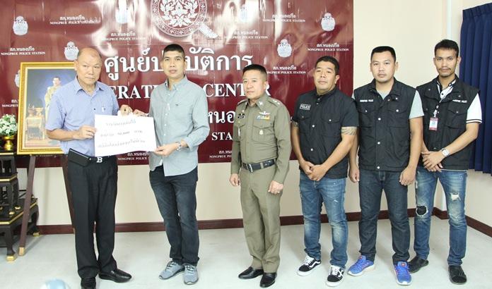 Banlue Kullavanijaya presents Nongprue police 50,000 baht for catching a fugitive convicted of writing him bad checks.